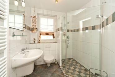 Eines der beiden Badezimmer, hier genießt man den Start in den Tag
