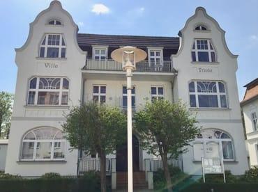 Die Wohnung ist in der obersten Etage auf der Südseite, also auf der Rückseite des Hauses, sie ist sehr ruhig zum Wald gelegen, mit Strandkorb