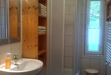 Auch hier gilt: klein aber komplett, das Duschbad
