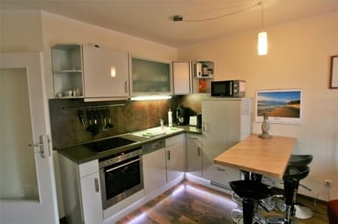 Moderne Küche mit Ceranfeld, Backofen, Kühlschrank inkl. Gefrierfach, Geschirrspüler, Mikrowelle und allen gängigen Haushaltsgeräten