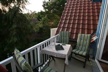 Balkon mit Gartenmöbeln für 4 Personen und Sonnenschirm