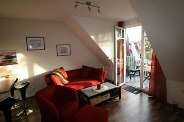Wohntimmer mit Blick auf den Balkon