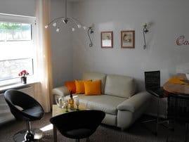 Gemütliches Wohnzimmer mit Blick auf die Terasse