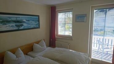 Schlafzimmer mit Balkonzutritt