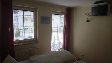 Schlafzimmer mit Balkonzutritt,  Flat-TV