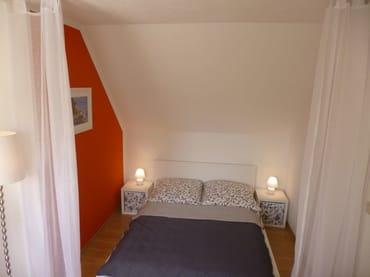 gemütliches Doppelbett im Wohn-, Schlafbereich