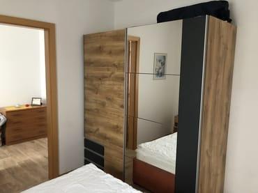 Schlafzimmer mit großzügigem Schrank und Durchgang zum 2. Schlafzimmer