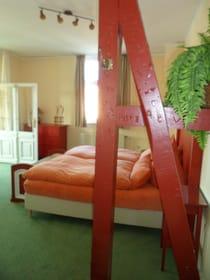 Blick in Zimmer 23 mit Balken in Richtung Veranda