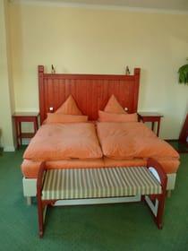 großzügiges Doppelbett mit Bank