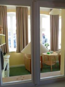 Blick aus dem Zimmer in die Veranda
