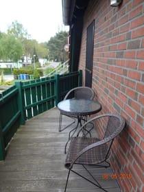 Balkon mit Tisch und 2 Stühlen (Abendsonne)