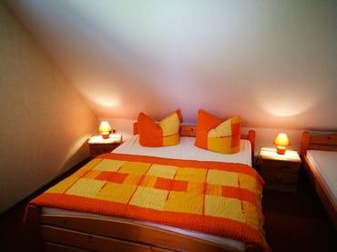 Schlafzimmer mit 1 Doppelbett und 1 Einzelbett