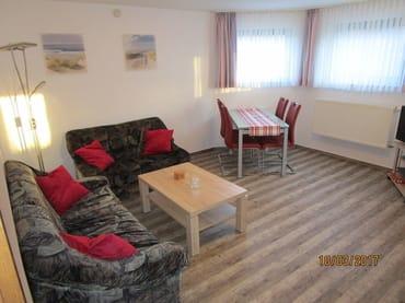 Wohnzimmer mit Wohn- und Essbereich