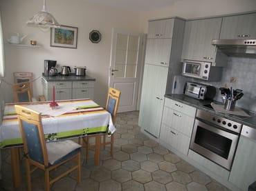Küchenzeile mit Sitzecke.