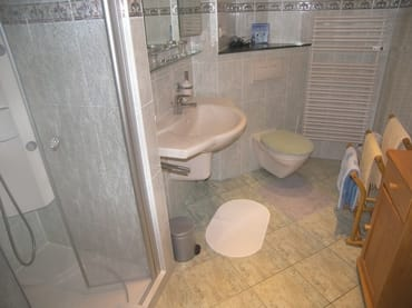 Duschbad mit Massagedüsen, Handtuchtrockner.