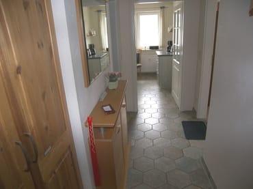 Flur vom Eingang kommend zur Küche.
