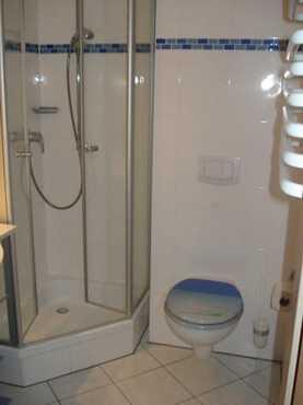 Bad mit Dusche und Waschtisch