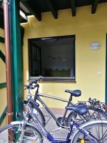Eine Möglichkeit Fahrräder abzustellen. Eins ist Vorort und kann in Eigenverantwortung genutzt werden. Wenn etwas kaputt geht, bitte reparieren, damit auch die nächsten Gast was davon hat.