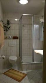 im Bad befinden sich diverse Trockenmöglichkeiten, sowie ein kleiner Schrank für die vielen Kleinigkeiten