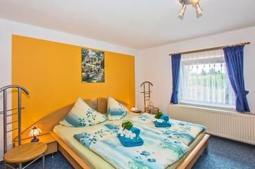 Schlafzimmer mit großem Doppelbett Obergeschoss