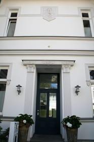 vorderer Hauseingang (hinterer Hauseingang barrierefrei)