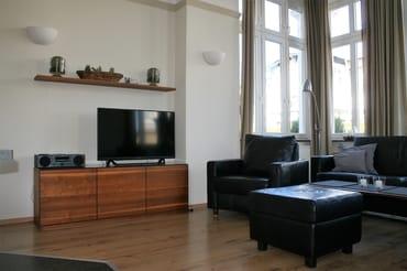 -LCD-Fernseher und Stereoanlage