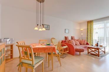 Freundlich und hell: Der Essplatz im Wohnraum