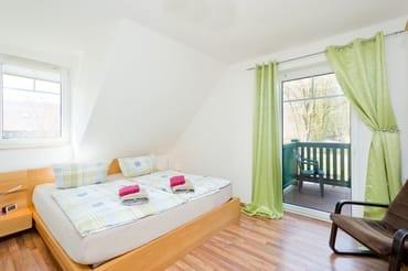 1. Schlafzimmer mit Doppelbett und Ausgang zum Balkon