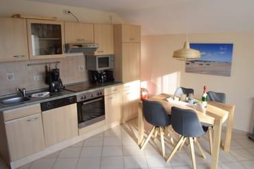 Am gemütlichen Essplatz finden 4 Personen Platz. Die Küchenzeile bietet neben Cerankochfeld und Backofen auch einen Kühlschrank (mit Gefrierfach), Spülmaschine und alle üblichen Haushaltsgeräte.