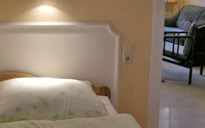 2. Schlafzimmer, 2 getrennte Betten und 1 Gitterbett