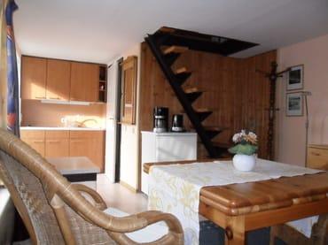 Eßplatz und Aufgang zum Schlafraum, im Hintergrund Tür zum Bad mit Dusche