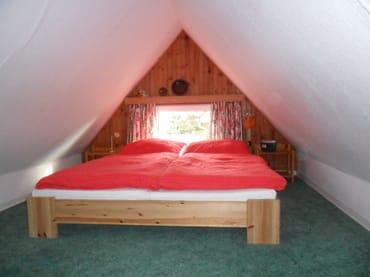 Schlafraum mit Doppelbett (und Einzelbett)
