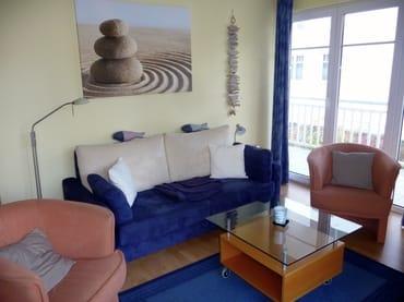 Wohnzimmer mit Schlafsofa und Zugang zum Balkon II