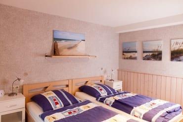Schlafzimmer mit zwei getrennten Betten.