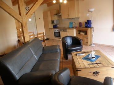Wohnraum mit Küchenzeile  /  Wohnungen sind identisch