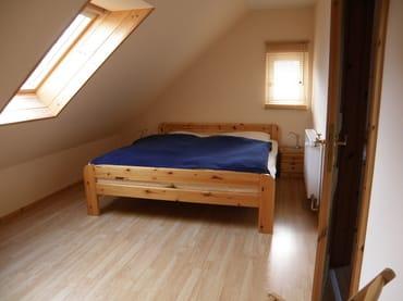 offener Schlafraum Doppelbett  /  Wohnungen sind identisch