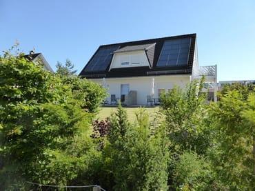 Blick auf das Ferienhaus von der Waldstraße