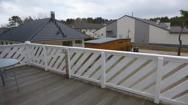 Blick auf den Balkon. Die entsprechenden Möbel und ein Sonnenschirm gehören im Sommer einfach dazu.
