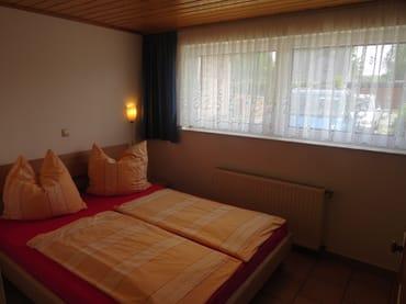 Schlafzimmer mit Doppelbett 1.60m x2.00m