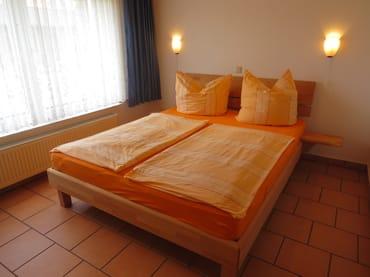 Schlafzimmer mit einem Doppelbett 1,60m x 2,00m und Kleiderschrank