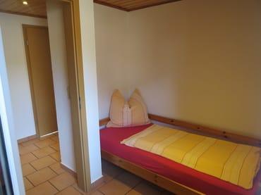 Schlafzimmer mit einem Einzelbett 0,9m x 1,90m und Kleiderschrank