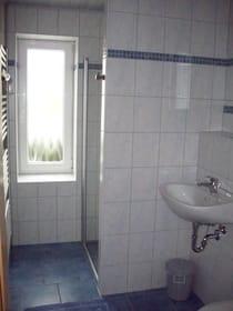 Bad Teilansicht Dusche und WT