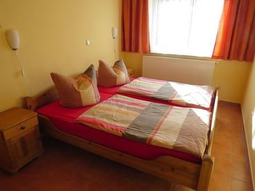 Der Schlafzimmerschrank kann bei Bedarf aus dem Schlafzimmer herausgeschoben werden, um ein Kinderbett aufzustellen.