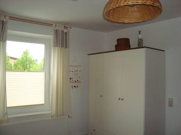 Schlafzimmer mit großen Kleiderschrank