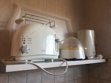 Küchenutensilien . Auch eine Kaffeemaschine gehört zur Ausstattung