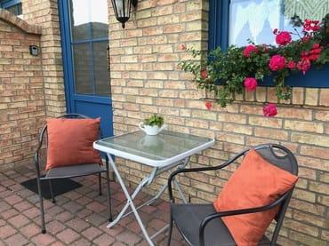 Sitzmöglichkeit auf der Terrasse vor der Unterkunft
