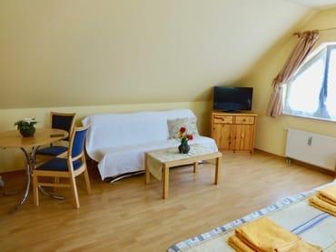 Wohn- Schlafraum mit Doppelbett, Schlafcouch für 1 Person und Essecke