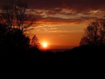 Spektakuläre Sonnenuntergänge im Sommer können Sie von der Terrasse aus allabendlich genießen