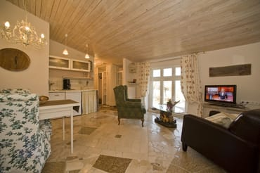 Romantisch eingerichtetes Wohnzimmer mit 2 gemütlichen Sesseln, LCD-TV, CD/Radio, Marmorfußboden