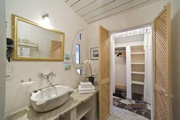 Stilvolles Marmorbad mit Dusche, WC